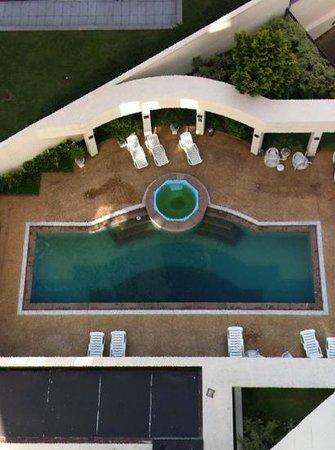 Travel Inn The World:                                     Limpien la piscina