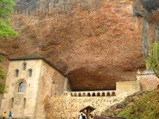 Monasterio de San Juan de la Peña:                   Vista del antiguo monasterio desde el camino