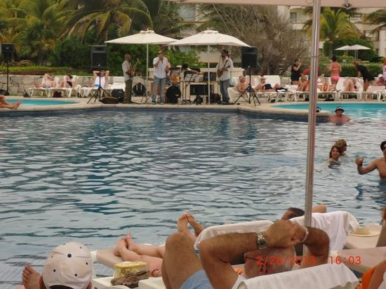 Heaven at the Hard Rock Hotel Riviera Maya: live band by pool