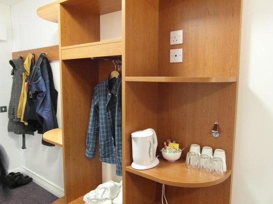 Premier Inn Welwyn Garden City Hotel: Storage and hot drinks