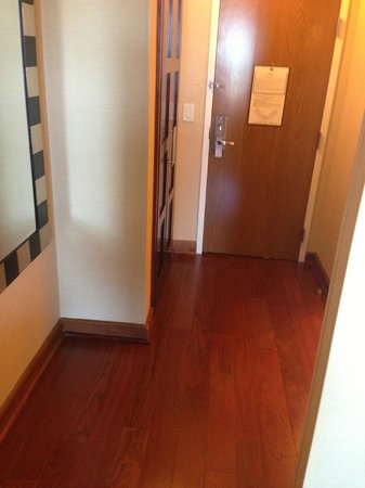 Renaissance Charlotte SouthPark Hotel: entry way - real wood floors