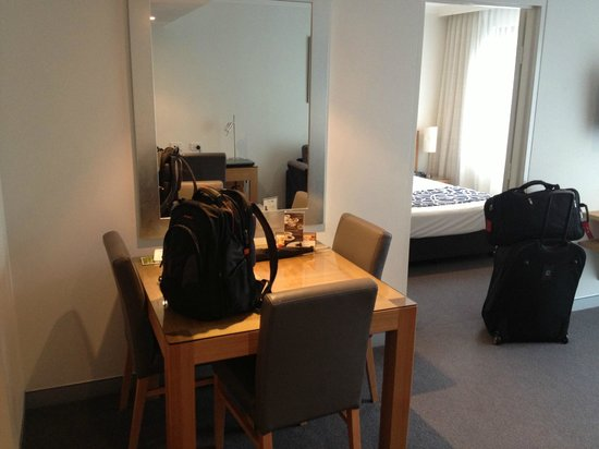 Wyndham Sydney Suites: Dining table and view of Bedroom