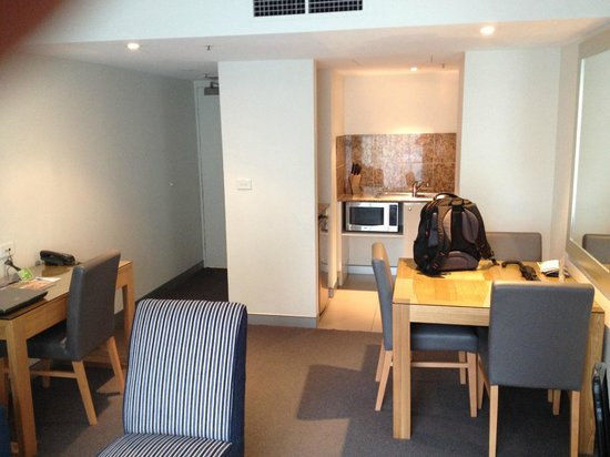 Wyndham Sydney Suites: View of Living Room and Kitchen