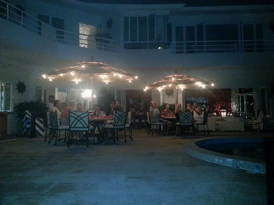 Casa Yvonneka:                   Dining al fresco