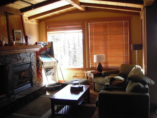 Copper Kettle Lodge: Living room