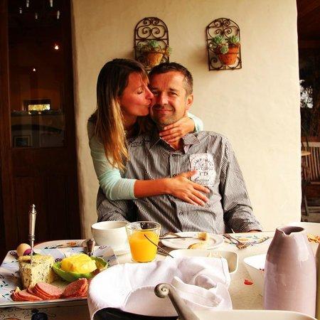 Antria Boutique Lodge: Ein glückliches Paar bei einem fantastischen Frühstück...