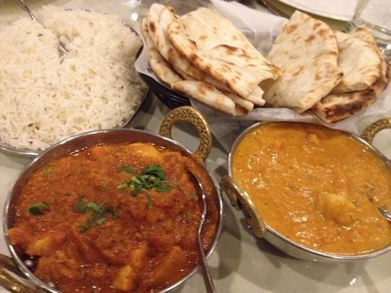 India Palace Restaurant: Vindaloo and Korma with regular and cheese naan