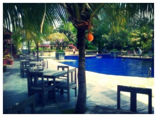 Hotel Pantai Gapura Makassar:                   Pantai Gapura Hotel, Sidepool