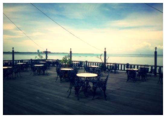 Hotel Pantai Gapura Makassar:                   Pantai Gapura Hotel, Sunset Bar