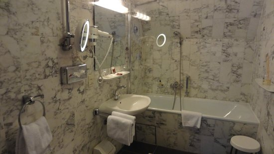 Hotel Eisenhut:                   Bathroom