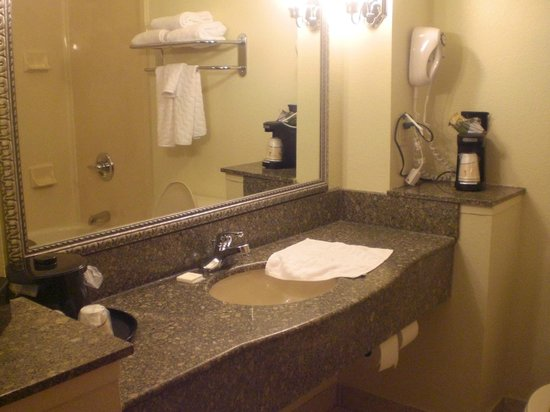 La Quinta Inn & Suites Downtown Conference Center: Very clean,well-organized and inviting bathroom