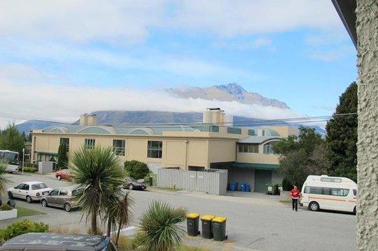 โรงแรมอมิตี้ลอด์จ: View across the street at the mountains