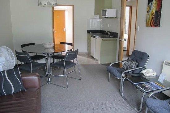 โรงแรมอมิตี้ลอด์จ: Kitchenette and table for four