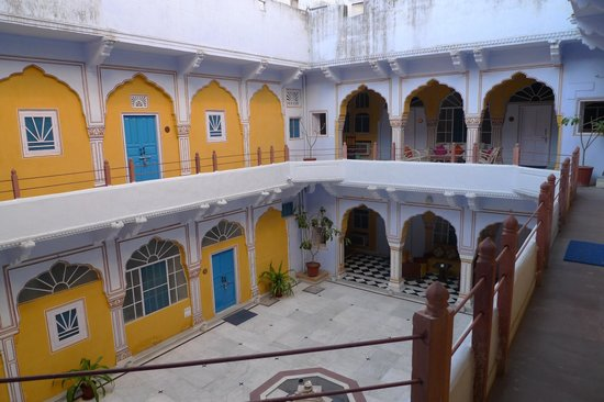 ดิกกี้เพลส:                   Inner courtyard at Diggi Palace