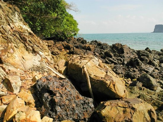 Koh Ngai Resort: The rocky part of the Trail to the main beach