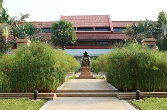 Le Meridien Angkor: Hotel gardens