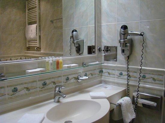 Olympia:                   Бутылочки с кремом, солью для ванны, гель-душем, шампунем и кондиционером