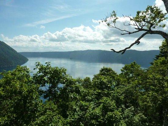Uramashu Observatory:                   裏摩周展望台から見る摩周湖