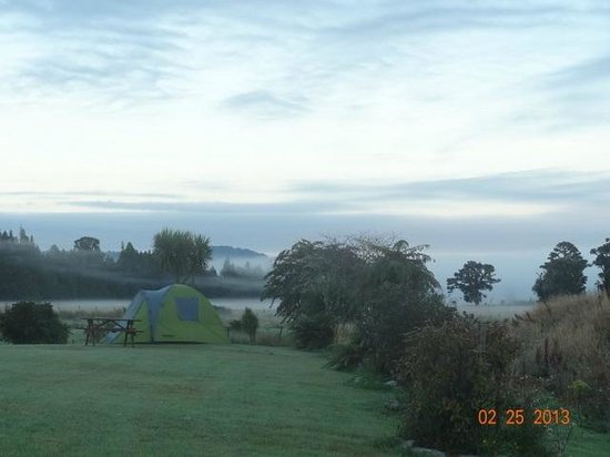 Franz Josef TOP 10 Holiday Park: Early morning mist view from tent site