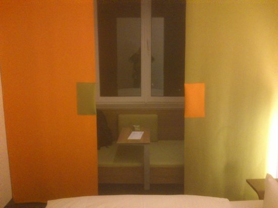 Hotel Cocoon Sendlinger Tor:                                     Seats hidden between curtains and window with a table for yo