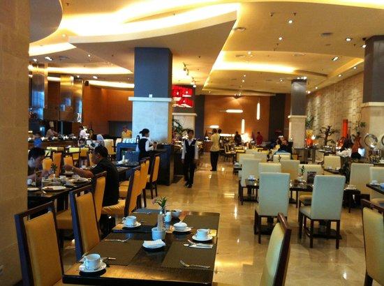 Gumaya Tower Hotel Semarang:                   Cascade restaurant...