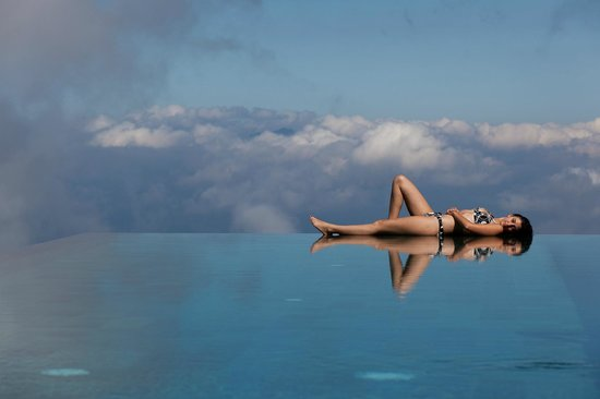 Munduk Moding Plantation: The infinity pool with the clouds