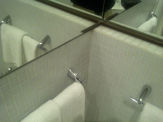 Al Ponte Antico Hotel:                   Broken mirror frame in suite bathroom