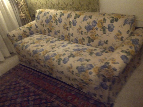 Al Ponte Antico Hotel:                   'Period' sofa in 15th century palace!!!