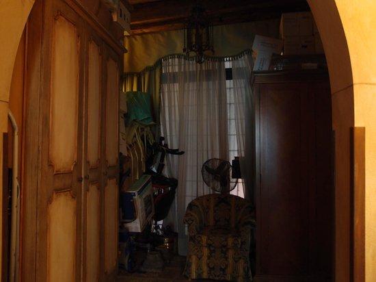 Al Ponte Antico Hotel:                   Pile of unused furniture just outside suite!!!