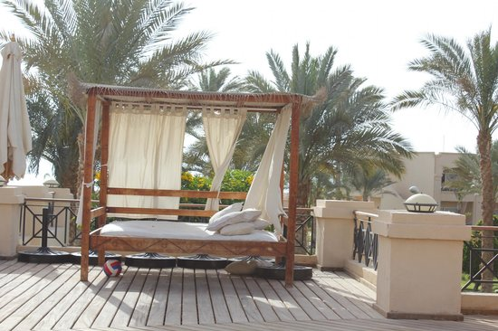 Cleopatra Luxury Resort Sharm El Sheikh:                                     the lovely beds at the pool