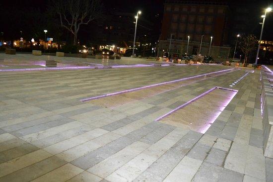 Hotel Continentale: Il gioco di luci all'esterno dell'hotel nella piazza rinnovata