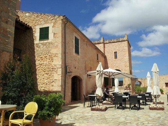 Son Amoixa Vell:                   Terrasse vor der Finca - zum Frühstück