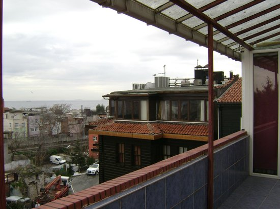Sultan's Eye Comfort Hotel:                   вид с веранды отеля (лестница снаружи здания)