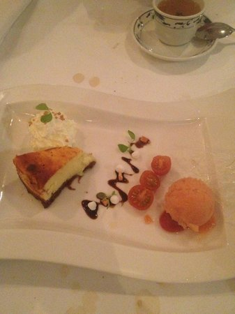 Asian Glories: Dessert: cheesecake top, de geconfijte tomaten voegen weinig toe