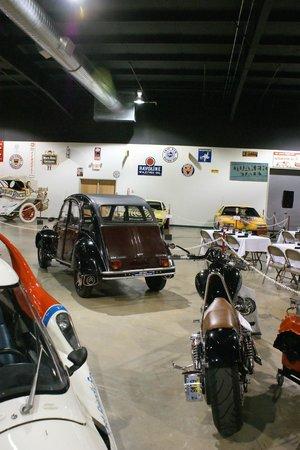 Tupelo Automobile Museum:                   Un 2CV. Noter l'inscription sur le pare choc