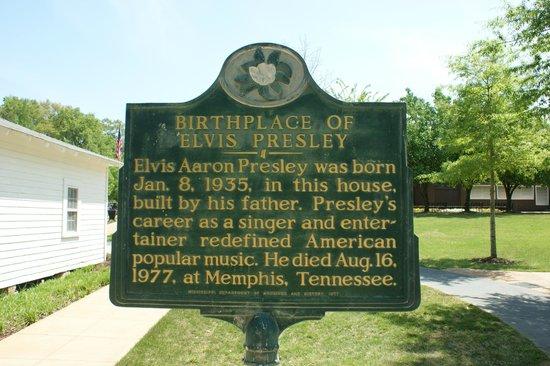 Elvis Presley Birthplace & Museum:                   Plaque a l'entree du site