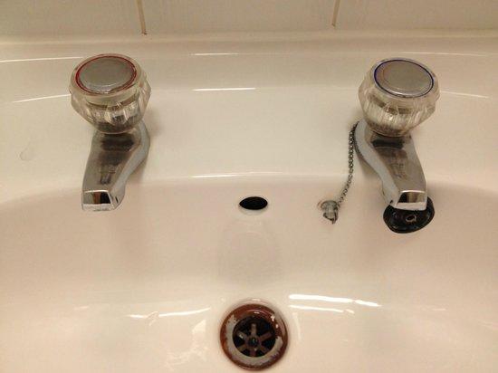 بريزيدنت هوتيل:                   Fascinating bathroom sink...                 
