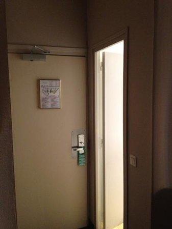 Avalon Hotel Paris:                   Porta stanza e porta bagno