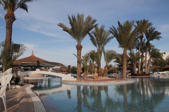 Fiesta Beach Club Djerba:                   autour de la piscine