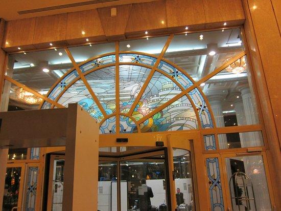 Eresin Topkapi Hotel:                   入口ドア上部の明るいステンド木枠がお似合いです