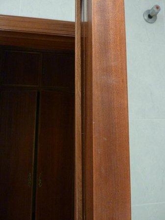 Hotel Azpiazu: La puerta del baño se salia el cerco (se ven los clavos)