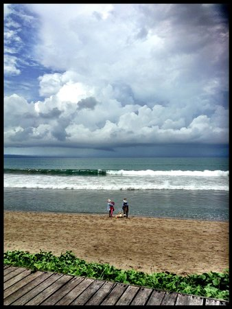The Samaya Bali Seminyak:                   Beach shopping from your beach chairs