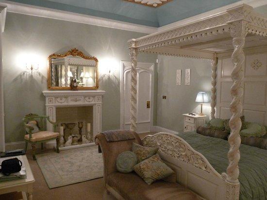 Glandyfi Castle:                   Osprey Room 2