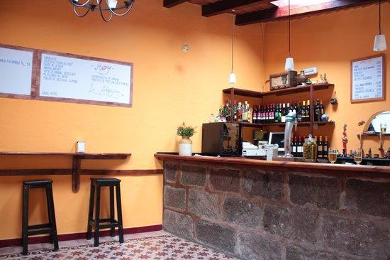 La Almazara: Barra