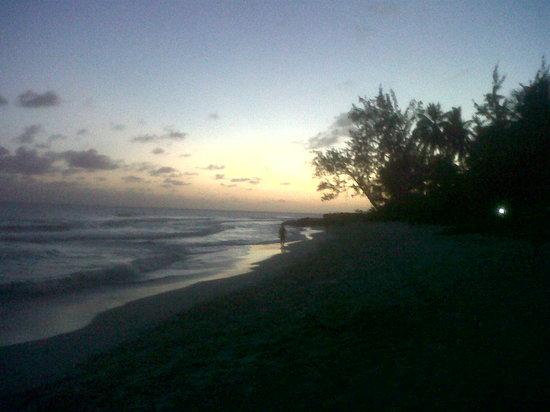 Allamanda Beach Boardwalk: Sunset starting the boardwalk