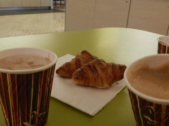 Ibis Styles Paris Gare de l'Est Chateau Landon: chocolademelk met croissantje