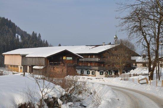 Kirchberg, Austria:                   Дровяной сарай и за ним Hanserhof