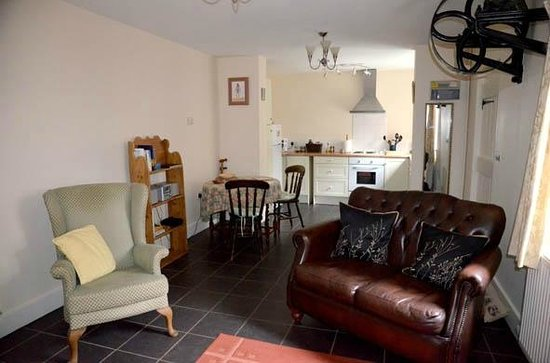 The Old Rectory: Pump House lounge towards kitchen
