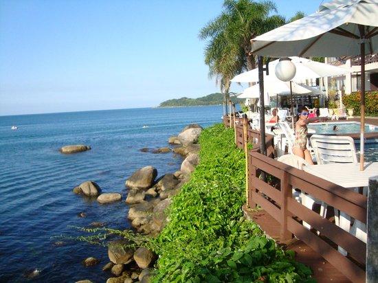 Bombinhas Tourist Hotel e Pousada: vista desde las piscinas