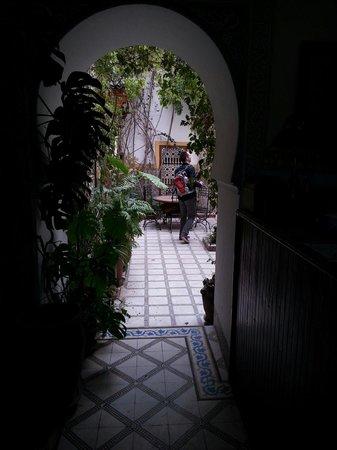 Riad Dalia: vanuit de receptie naar de binnenplaats